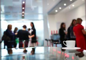 persone in ufficio caffè
