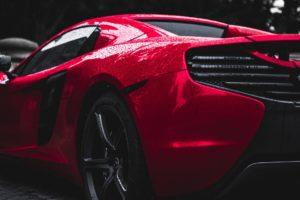 auto rossa sfondo nero
