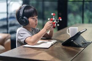 bambino gioca con atomi