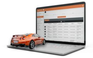 mockup laptop con auto arancione